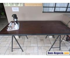 Mesa de madeira com cavalete