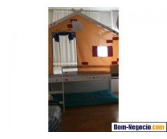 Cama infantil alta com telhado