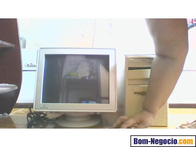 Computador antigo cor creme precisando formataçao