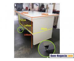 Mesa Bancada, para Corte, Manuseio ou Balcão; com Rodas e tampo de vidro