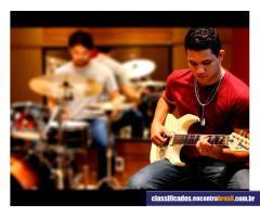 Mike - Guitarra, Violão e Contra-baixo